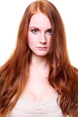 junge frau mit langen roten haaren portrait