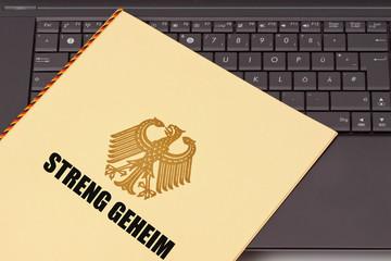 Geheime Unterlagen, Mappe mit Bundesadler auf Computer Tastatur