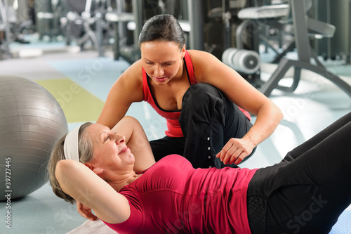 Poster Fitness Senior woman exercise abdominal in fitness center