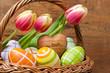 Tulpen und Ostereier im Körbchen