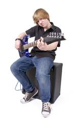 Teenager spielt E-Gitarre
