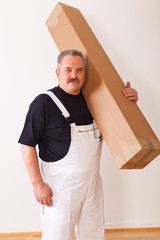 Arbeiter trägt Karton