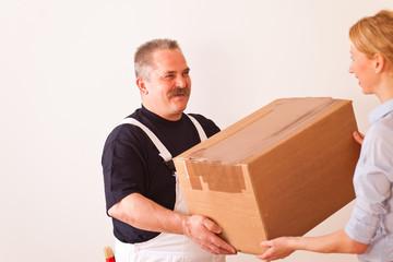 handwerker überreicht ein paket