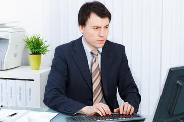 aufmerksamer mitarbeiter am computer