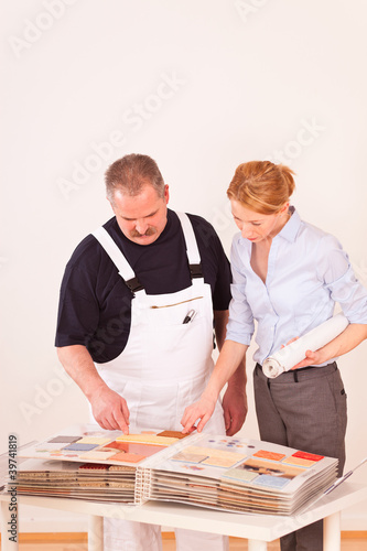 handwerker mit kundin im gespräch