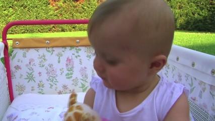 bambina gioca nel lettino
