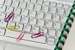 Helle Tastatur, Spiralblock, bunte Büroklammern