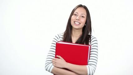 lächelnde schülerin mit einem roten ordner