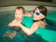 Geschwister beim Babyschwimmen ängstlich