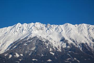 schneebedeckte Bergkette