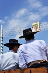 Dos hombres jóvenes en la Feria de Sevilla, fiesta