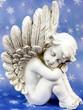 Engel träumt vor Sternenhimmel