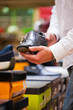 Mann kauft Turnschuhe im Supermarkt