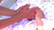 bambina gioca e riposa nel lettino