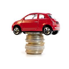 voiture sur une pile de monnaie