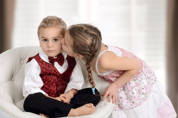 Verliebtes Mädchen küsst den Prinzen