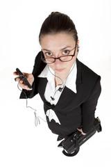 Ejecutiva con gafas y teléfono