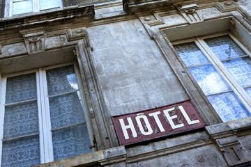 Pauvreté, sans abri, logement, taudis, insalubre, hôtel