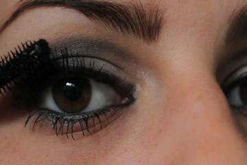 femme applicant du mascara