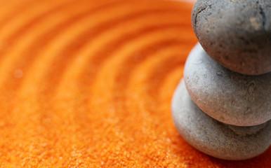 gros plan sur galets et sable coloré