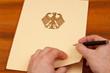 Unterlagen mit Bundesadler - Vertrag, Gesetz unterzeichnen