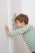 Kind guckt durch Schlüsselloch