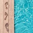 Leinwanddruck Bild - Traces de pieds nus au bord d'une piscine