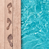 Fototapety Traces de pieds nus au bord d'une piscine