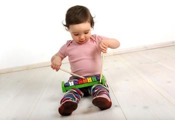 Ein Kind spielt auf einem Xylophon