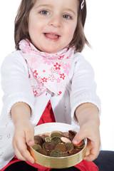 junges Mädchen mit Geld spendet und bittet um Spenden
