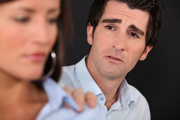man trying to reconcile with girlfriend