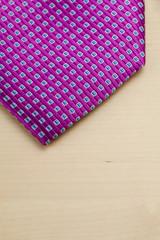 Pico de corbata sobre mesa