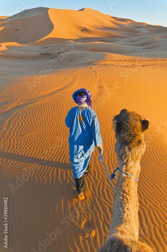 Canvas Marokko Berber walking with camel at Erg Chebbi, Morocco