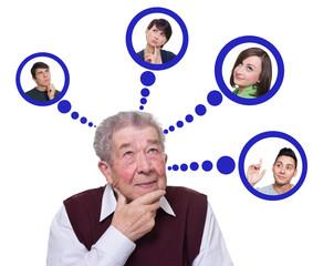 Senior denkt an seine Enkelkinder