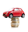 voiture rouge sur ne pile d'euros