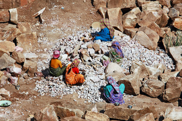 Karnataka,  donne al lavoro, spaccapietre