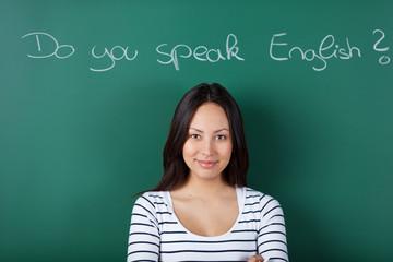 lächelnde junge frau im sprachkurs