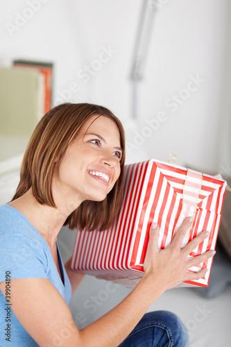 lachende frau mit einem geschenk