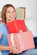 glückliche frau mit vielen geschenken