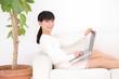 ソファーでパソコンをする女性