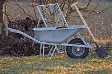 Schubkarre mit Kompost