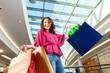 Junge Frau beim Shoppen im Kaufhaus