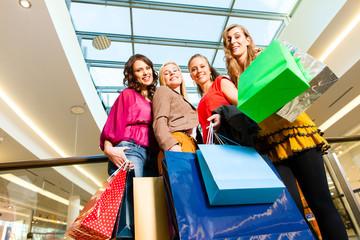 Vier Freundinnen beim Shoppen in einer Mall