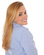Attraktive junge Frau schaut lächelnd über die Schulter