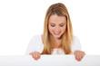 Attraktive junge Frau schaut weißes Schild hinunter
