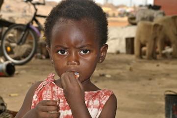 Afrikanisches Mädchen mit Bonbon