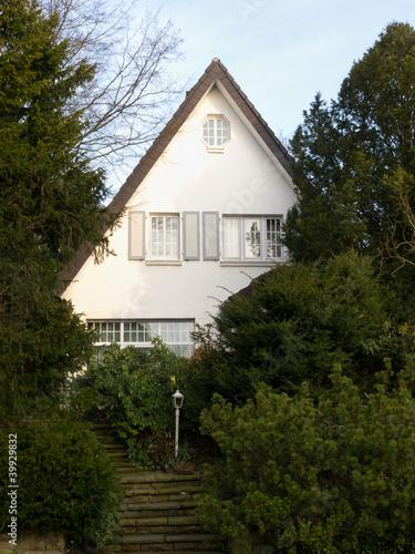 älteres Einfamilienhaus mit grünem Vorgarten