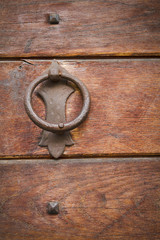maniglia su una porta in legno