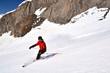 Skifahrer vor Felswand