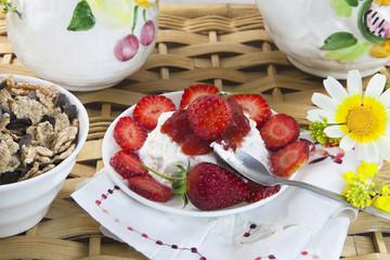 Queso fresco con mermelada y fresas, desayuno.
